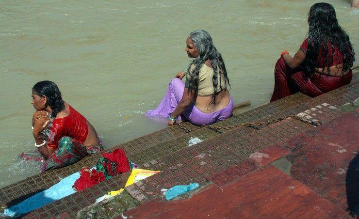 Bañándose en el Ganges