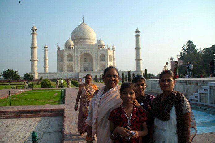 Mujeres posando ante el Taj Mahal