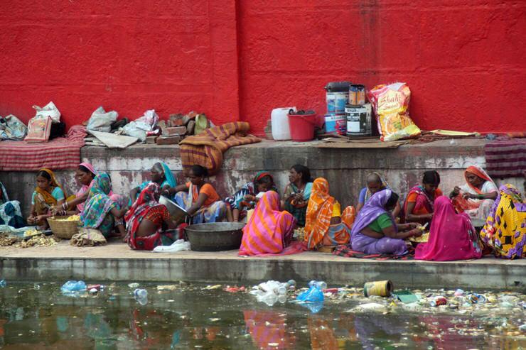 al lado del Templo Rojo de Varanasi