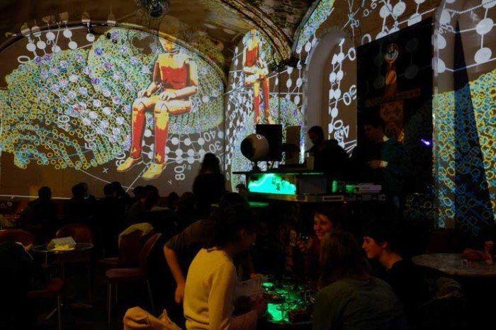 Arte en los pubs de Viena. Austria. Viajes en pareja. El viaje me hizo a mi. Blog de viajes