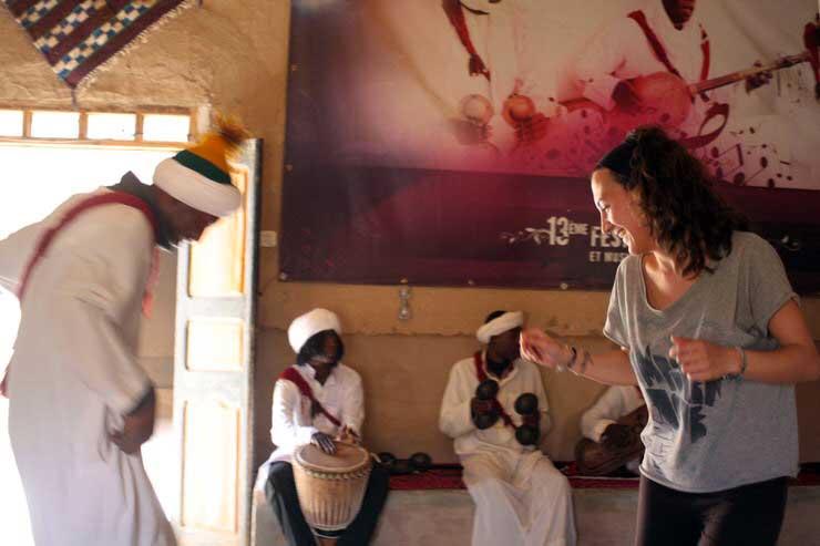 Gloria bailando en Merzouga.