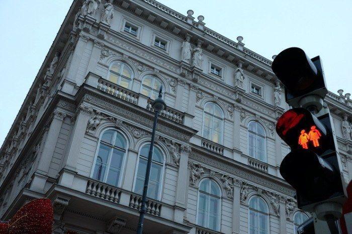 Dos siluetas de mujeres en el semáforo de Viena. Viajes en pareja. El viaje me hizo a mi. Blog de viajes