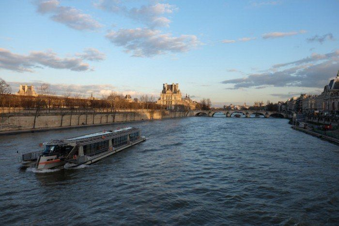 El río Sena cruza París. Viajar en pareja. Blog de viajes. El viaje me hizo a mi