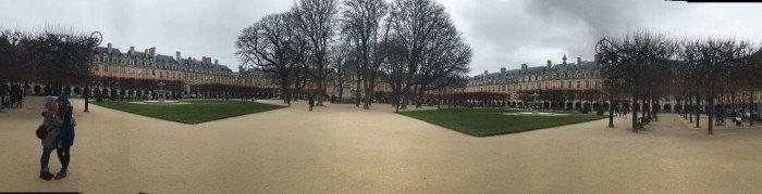 Gloria y su prima Lauri en un parque de Paris. El viaje me hizo a mi. Blog de viajes. Viajar en pareja