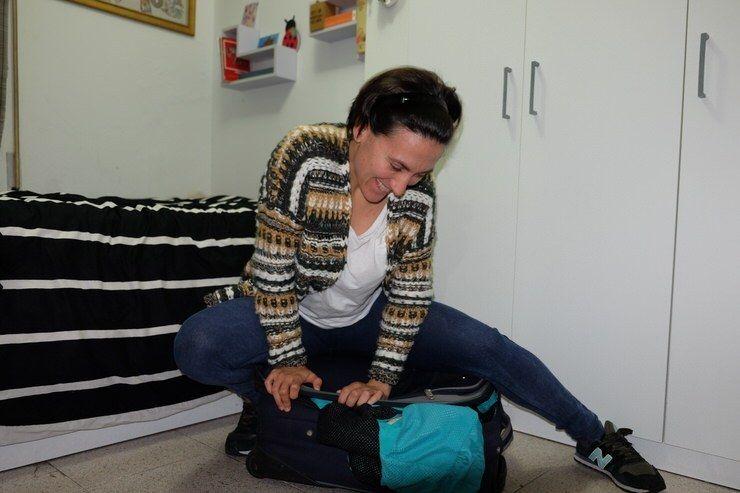 Gloria haciendo la maleta. El viaje me hizo a mi