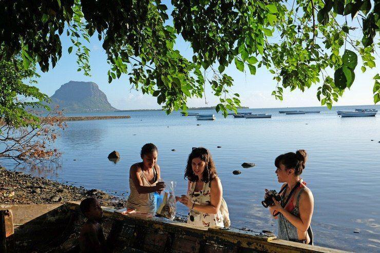 Las chicas hablando con una Mauriciana. El viaje me hizo a mi