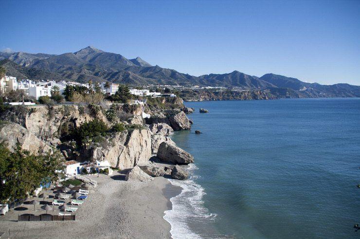 Vistas de Nerja desde el Balcón de Europa. Pueblos con encanto en Málaga. El viaje me hizo a mi. Blog de viajes