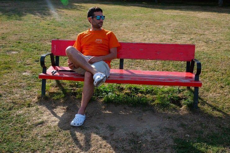 Jose descansando en un banco después de una larga etapa. Preparación y consejos del camino norte de Santiago