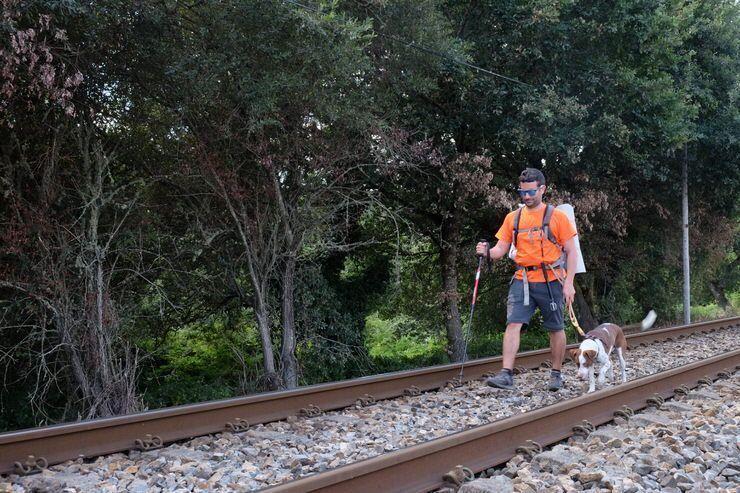 Camino que pasa al lado de las vías del tren. Camino Norte de Santiago