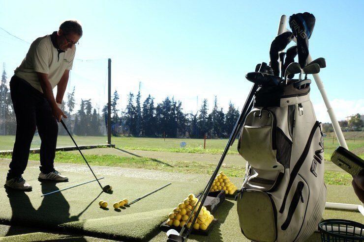 una-clase-de-golf-antes-de-practicar-un-poquito-con-enjoy-golf-academy
