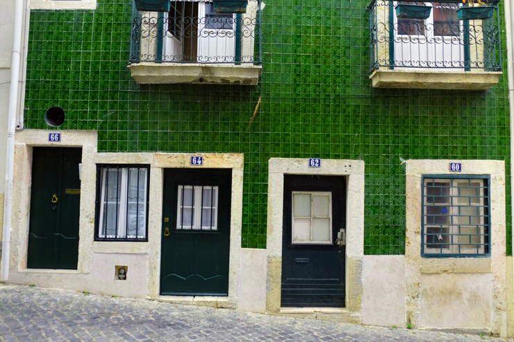 Puertas pequeñas y azulejos en Portugal