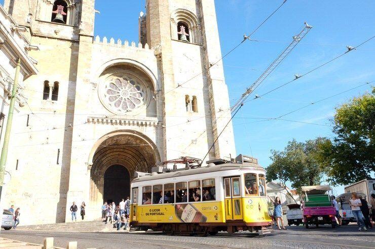 Catedral de Lisboa junto con el tranvia