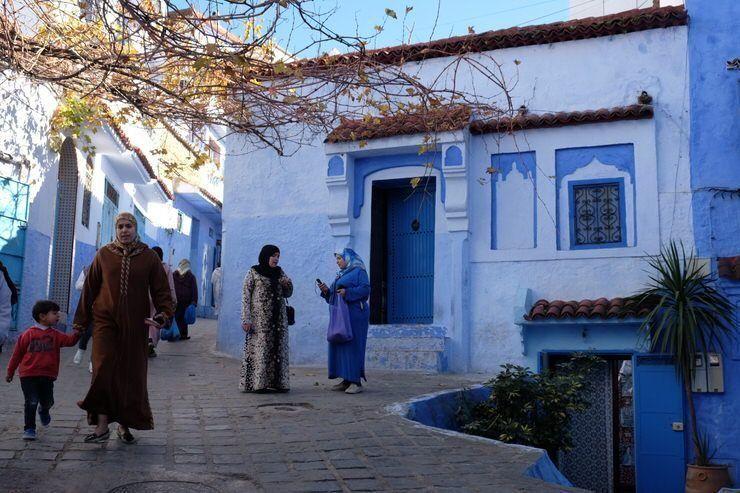 personas paseando por Chaouen