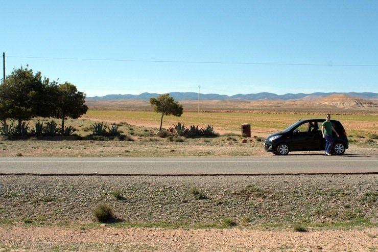 Jose y nuestro coche alquilado en Marruecos. El viaje me hizo a mi. Blog de viajes