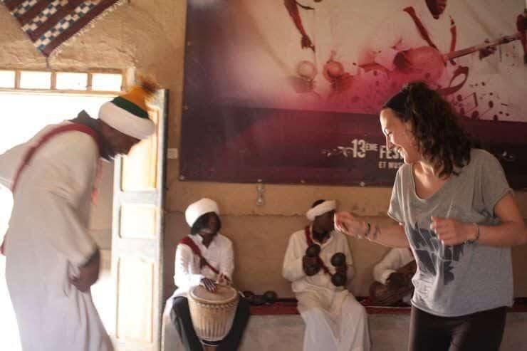 Gloria bailando en la fiesta gnaoua en el desierto. El viaje me hizo a mi. Blog de viajes