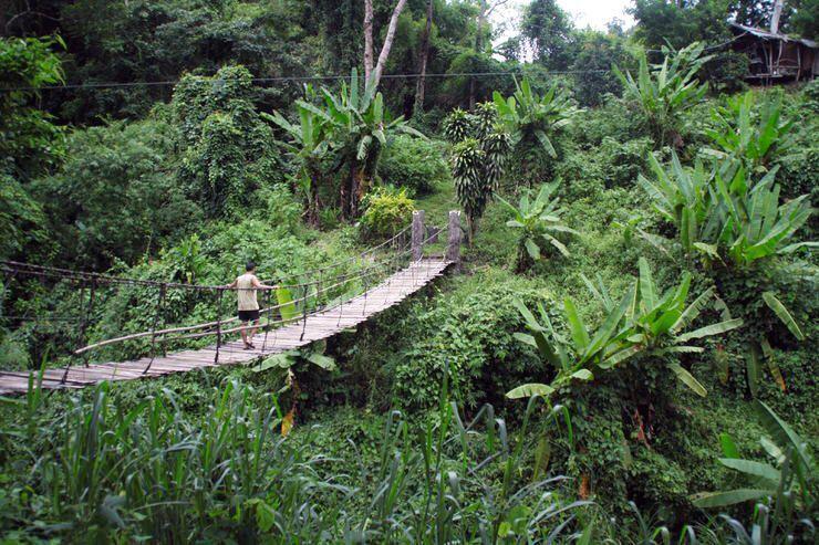 Cruzando un puente en Tailandia