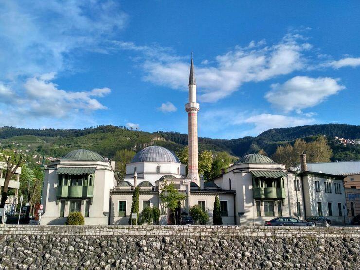 Mezquita por el centro de Sarajevo. El viaje me hizo a mi
