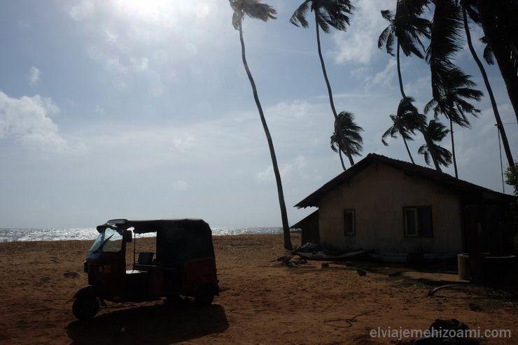 conducir tuk tuk en Sri Lanka.