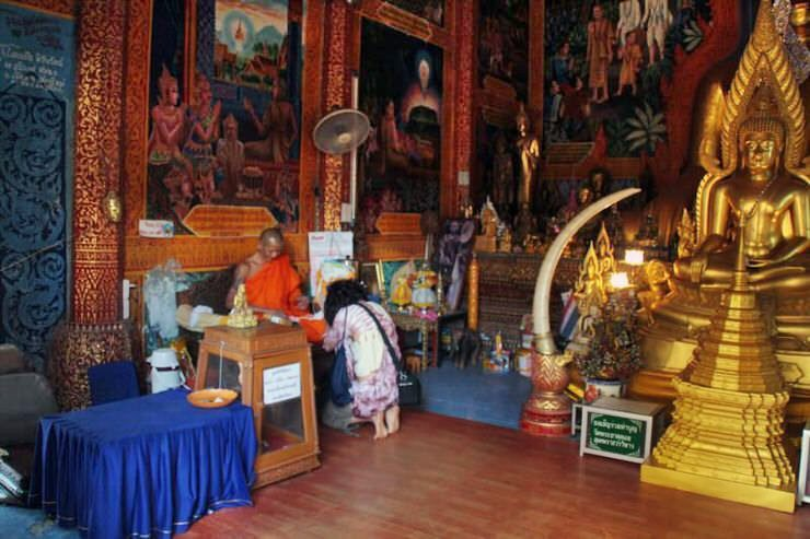 monje en el templo