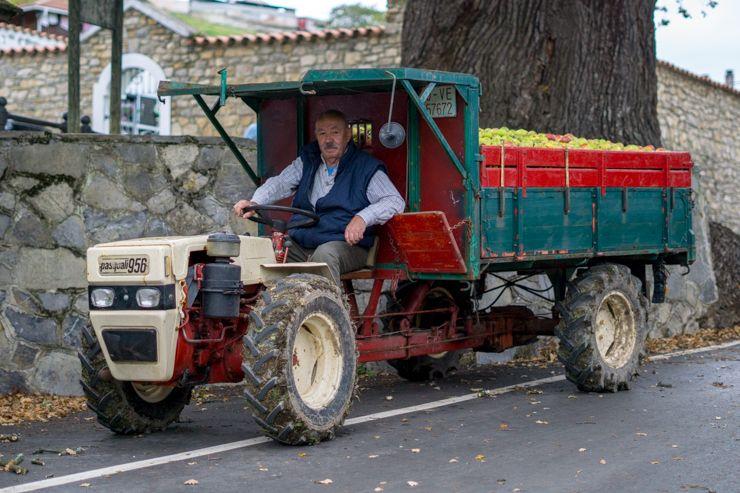 Tractor con manzanas